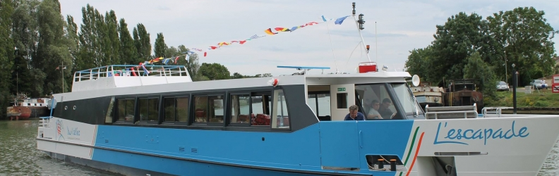 Transfluid hybrid passenger boat